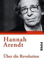 Buchcover mit rechtsseitigem Porträt von Hannah Arendt. Oben an der Stirn ist der Bildausschnitt angeschnitten. Sie trägt Hornbrille und Perlenkette. Mit leicht nach rechts geneigtem Kopf blickt sie den Betrachter mit neutralem Gesichtsausdruck an. Foto und Titel sind durch einen roten Balken getrennt. Darunter steht in großen Lettern ihr Name und etwas kleiner der Titel.