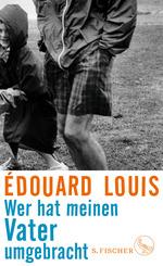 Das schwarz-weiß Foto zeigt zwei Menschen auf einer Wiese: links ein lachendes Kind in einem langen Regenmantel, rechts einen Mann im Anorak und karierten Shorts. Ihn sieht man nur vom Knöchel bis zur Taille.