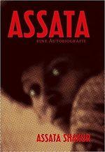 Auf dem Cover ist eine Fotografie von Assata Shakur abgebildet, die aus leichter Seitenansicht mit weit offenen Augen nach links in die Kamera schaut. Es ist eine Nahaufnahme, die ihr Gesicht und einen Teil ihrer Schulter zeigt. Die Fotografie ist als Rasterbild dargestellt, in schwarz-gelben Farben. Davon hebt sich der Buchtitel und Autorinnenname in roten Buchstaben ab.