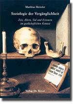 Im Bildausschnitt sieht man einen Totenschädel, der Unterkiefer liegt auf einem Regalbrett daneben. Darunter findet sich eine Schrifttafel und am Rand davor ein Kerzenständer mit erloschener Kerze.
