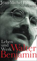 Seitliches Schwarz-Weiß-Porträt von Walter Benjamin. Das Foto ist schräg von unten aufgenommen, Benjamin blickt nach unten in die Kamera. Der Mann trägt runde Nickelbrille und einen Schnauzbart.